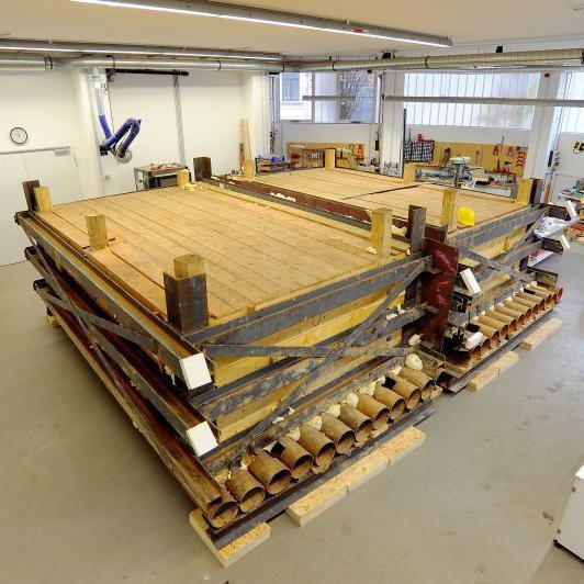 In der Werkhalle kann die Blockbergung nun unter besten (Labor-)Bedingungen sorgfältig ausgegraben werden. © Landesamt für Denkmalpflege und Archäologie Sachsen-Anhalt, Klaus Bentele.