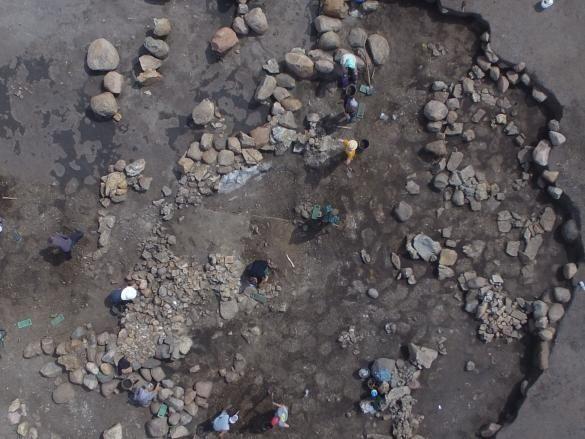 Der Kern des Grabhügels bestand aus einem mächtigen Steinmantel, unter dem sich die hölzerne Grabkammer befand. Sie war mindestens 2,5 Meter hoch und maß ungefähr 6 x 3,5 Meter. Das Holz der Konstruktionselemente war bereits vergangen, ließ sich aber über Abdrücke im Boden identifizieren. Die Grabkammer wurde bereits in prähistorischen Zeiten beraubt. © Landesamt für Denkmalpflege und Archäologie Sachsen-Anhalt, Thomas Koiki.