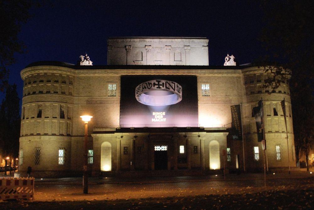 Hereinspaziert! Das Landesmuseum für Vorgeschichte Halle lädt ein zum Besuch der Sonderausstellung ›Ringe der Macht‹. Die Ruhe vor dem Sturm kurz vor der feierlichen Ausstellungseröffnung. © Landesamt für Denkmalpflege und Archäologie Sachsen-Anhalt.
