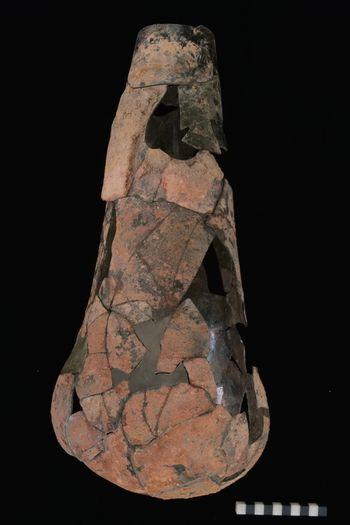 Mit Hilfe von Ergänzungen und weiteren Elementen zur Stabilisierung ist der Glaskolben ausreichend gefestigt, um sicher gelagert oder ausgestellt zu werden. © Landesamt für Denkmalpflege und Archäologie Sachsen-Anhalt, Vera Keil.