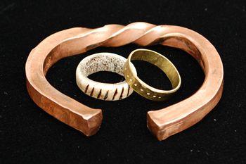 Verschiedene Ringe, die im Rahmen des Begleitprogrammes auch selbst hergestellt werden können. © Landesamt für Denkmalpflege und Archäologie Sachsen-Anhalt.