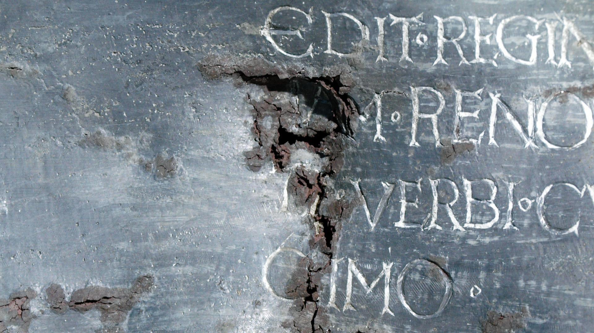 Ein Detail des Sargs: Über die Jahrhunderte hinweg ist das Blei durchkorrodiertes. © Landesamt für Denkmalpflege und Archäologie Sachsen-Anhalt, Friederike Hertel.