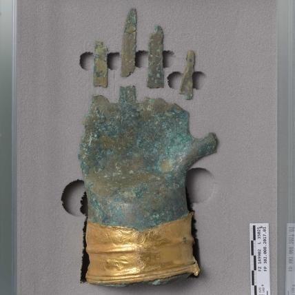 Die Bronzehand in ihrer Reiseverpackung. © Archäologischer Dienst des Kantons Bern, Sabine Brechbühl.