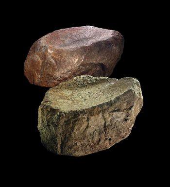 Zwei Unterlieger aus dem Steinkern des Grabhügels. © Landesamt für Denkmalpflege und Archäologie Sachsen-Anhalt, José Antonio Soldevilla (Barcelona).
