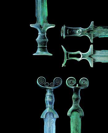 Die Bronzeschwerter aus dem Hortfund von Bothenheiligen (Thüringen). Detailaufnahmen der Griffe. © Landesamt für Denkmalpflege und Archäologie Sachsen-Anhalt, Juraj Lipták.