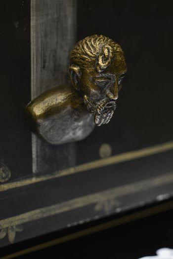 Die suebische Haartracht ist an diesen eigens für die Ausstellung angefertigten Schubladenknäufen gut zu erkennen. Als Vorlage diente eine Darstellung am Kessel aus dem Königsgrab von Mušov in Mähren. © Landesamt für Denkmalpflege und Archäologie Sachsen-Anhalt, Juraj Lipták.