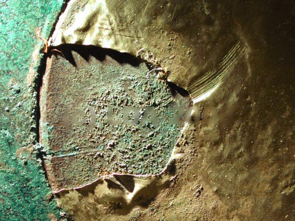 Die Fehlstelle vor der Restaurierung. Deutlich ist die geriefte Spur der Hacke zu sehen. © Landesamt für Denkmalpflege und Archäologie Sachsen-Anhalt.