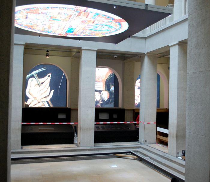 Die neuen Displays stehen im Lichthof zur Montage bereit. © Landesamt für Denkmalpflege und Archäologie Sachsen-Anhalt.