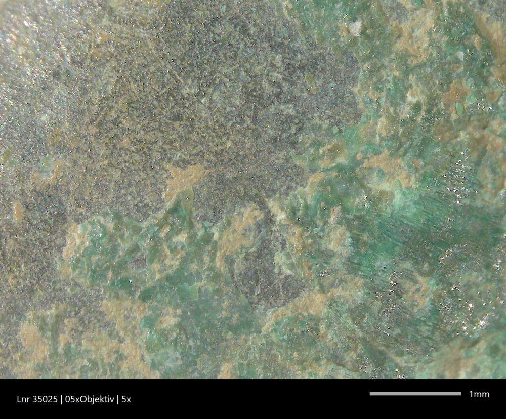 Vergrösserung (by ADB, Sabine Brechbühl) Das sieht die Restauratorin durch das Binokular. Die Malachitschichten (grün) und Sedimentreste (gelbbraun) liegen über der Originaloberfläche und sollen abgenommen werden.