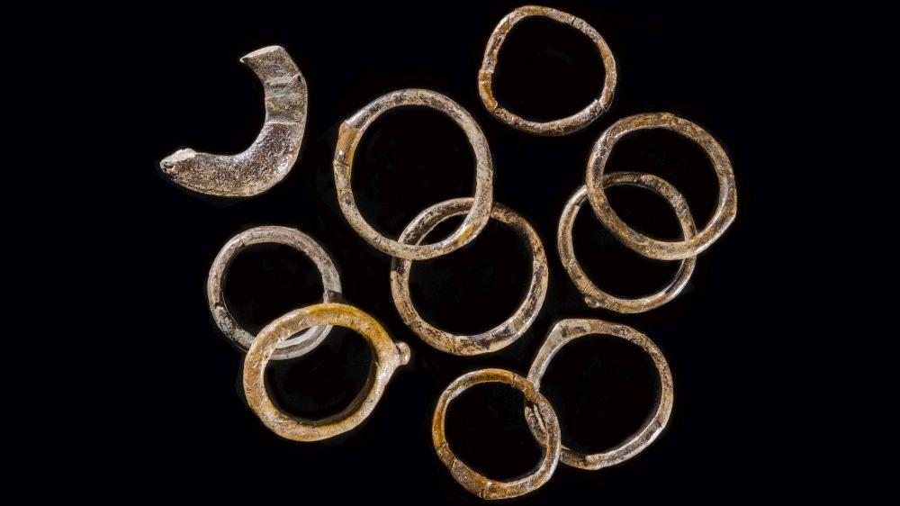 Die ältesten bekannten Fingerringe aus dem Gravettien/Pavlovien (35.000 bis 24.000 Jahre vor heute), Pavlov (Tschechien). © Archeologický ústav Akademie věd České republiky, Brno, v. v. i., Martin Frouz.