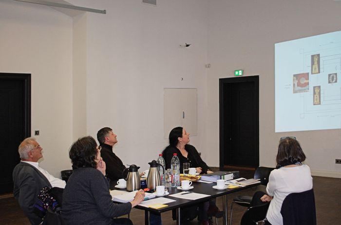 Bei einem virtuellen Rundgang erläutern die Kuratoren der Texterin Ursula Vorwerk das Konzept und die Objekte der Ausstellung. © Landesamt für Denkmalpflege und Archäologie Sachsen-Anhalt.