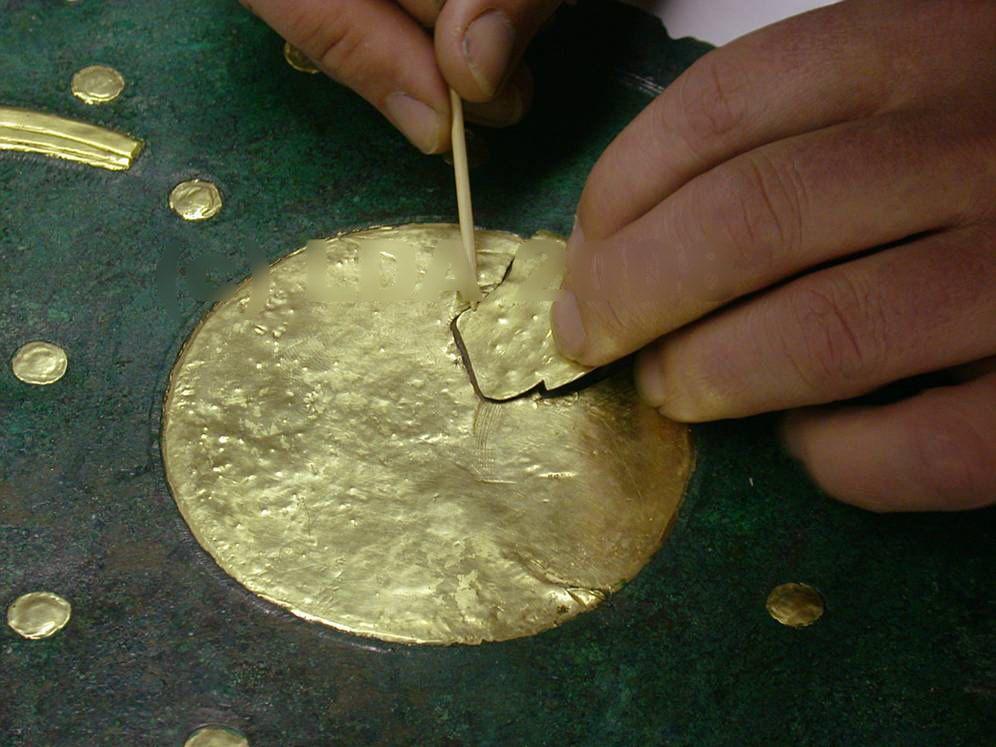 Das neu angefertigte Goldblech wird eingesetzt. © Landesamt für Denkmalpflege und Archäologie Sachsen-Anhalt.