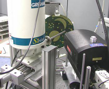 Die Himmelsscheibe wird im Berliner Synchrotron-Elektronen-Speicherring untersucht. Ziel sind chemische Informationen über die Zusammensetzung der Goldbleche. © Landesamt für Denkmalpflege und Archäologie Sachsen-Anhalt.