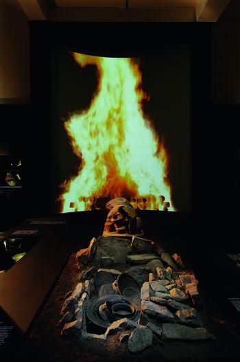 Steinkistengrab um 1.100 v. Chr. mit Flammenprojektion im Hintergrund. © Landesamt für Denkmalpflege und Archäologie Sachsen-Anhalt, Juraj Lipták.