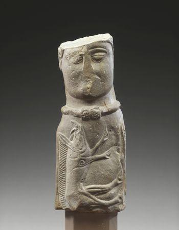 Statuette eines Gottes (?) mit Torques. Kalkstein. Euffigneix (Frankreich). 1. Jahrhundert v. Chr. © RMN-Grand Palais (Musée d'Archéologie National), Jean-Gilles Berizzi.