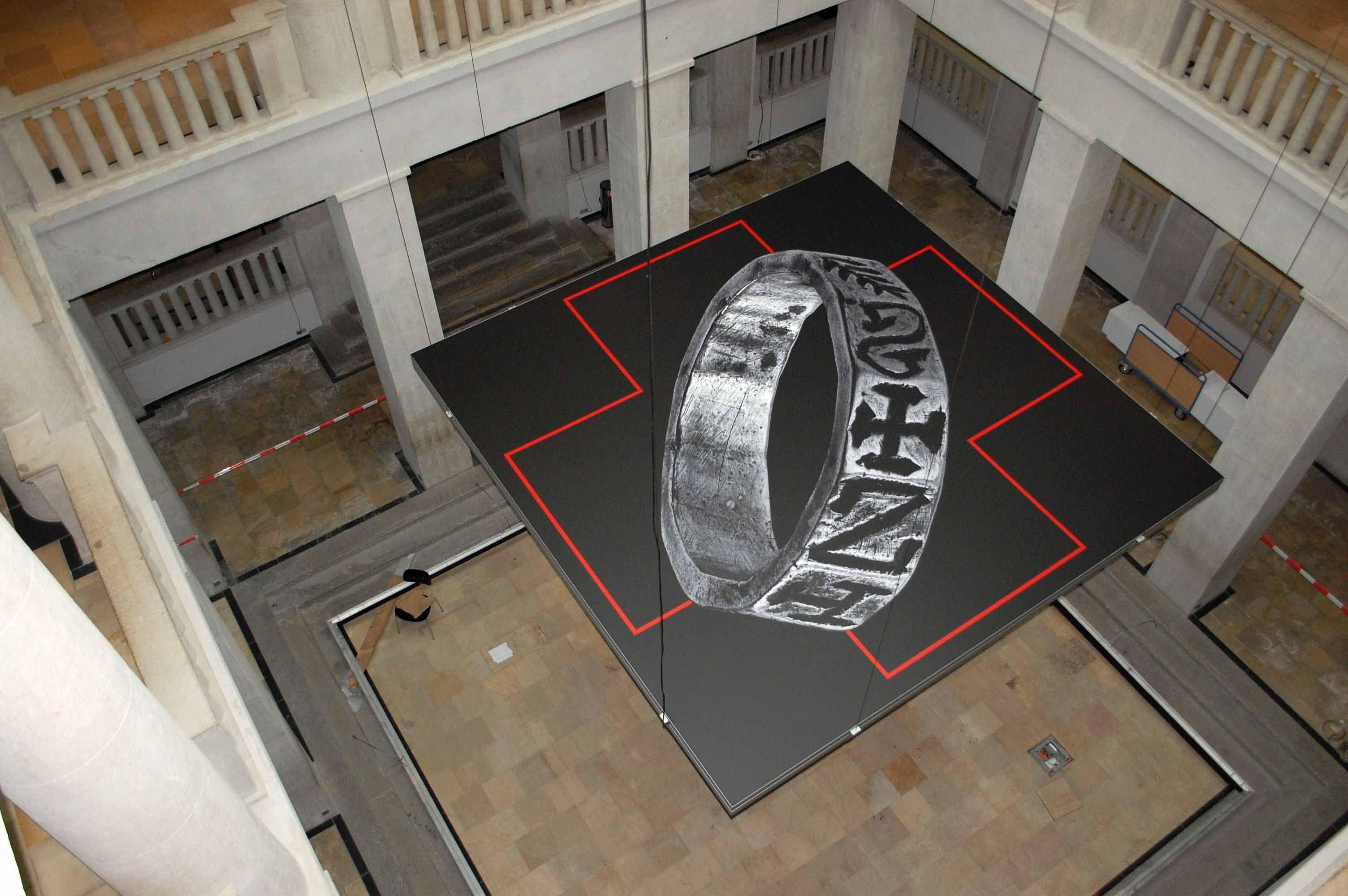 Von seiner Abdeckung befreit, hängt der 5 x 5 Meter große Rahmen sicher im Atrium des Landesmuseums für Vorgeschichte Halle. © Landesamt für Denkmalpflege und Archäologie Sachsen-Anhalt.