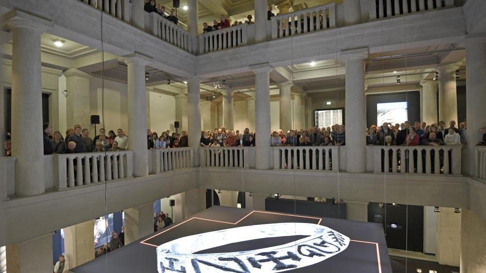 Knapp 800 Gäste erwarten die feierliche Eröffnung der Sonderausstellung und freuen sich auf die ersten Blicke auf die ›Ringe der Macht‹! © Landesamt für Denkmalpflege und Archäologie Sachsen-Anhalt, Andrea Hörentrup.
