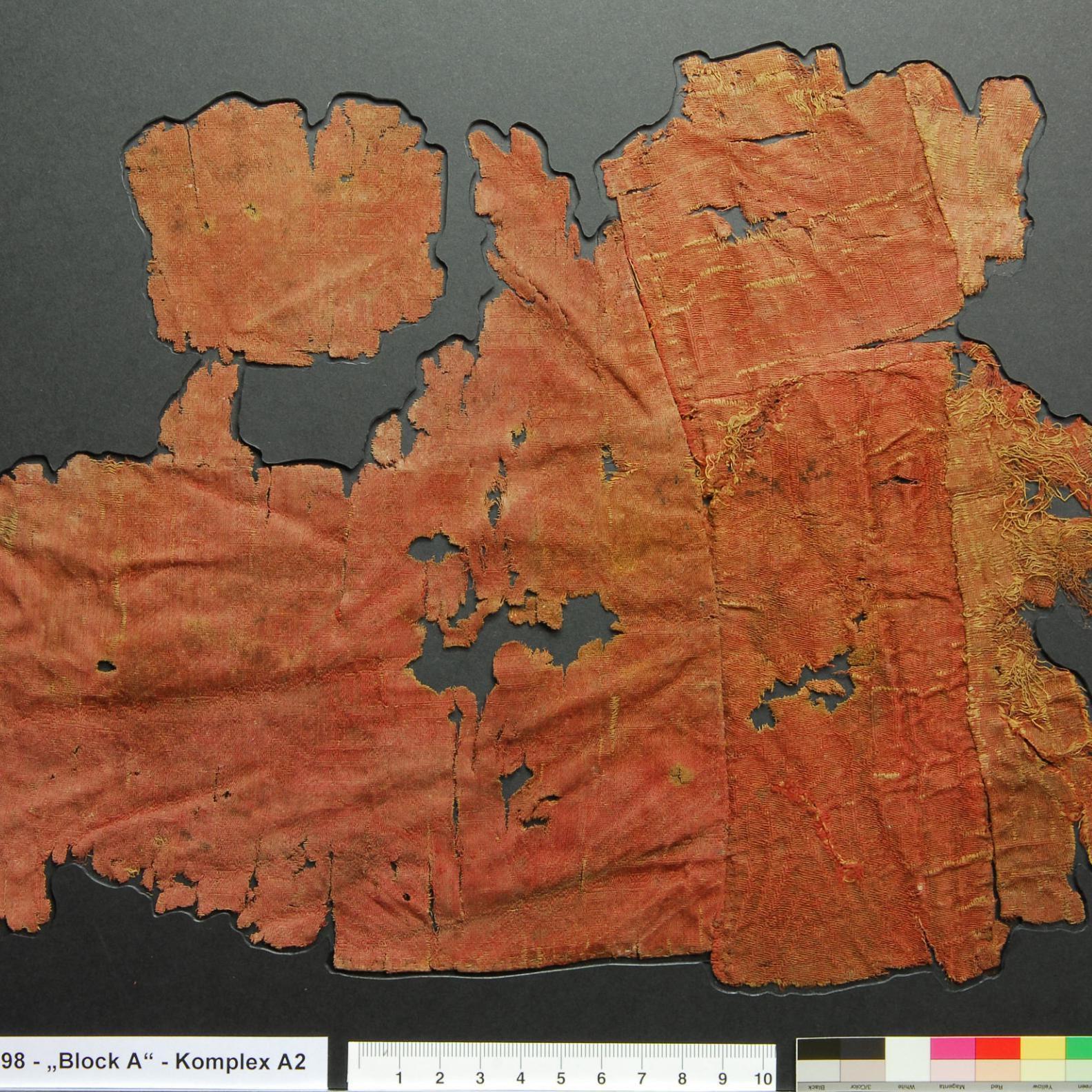 Der ›Textil-Block‹ nach der Restaurierung. © Landesamt für Denkmalpflege und Archäologie Sachsen-Anhalt, Brigitte Dreyspring.