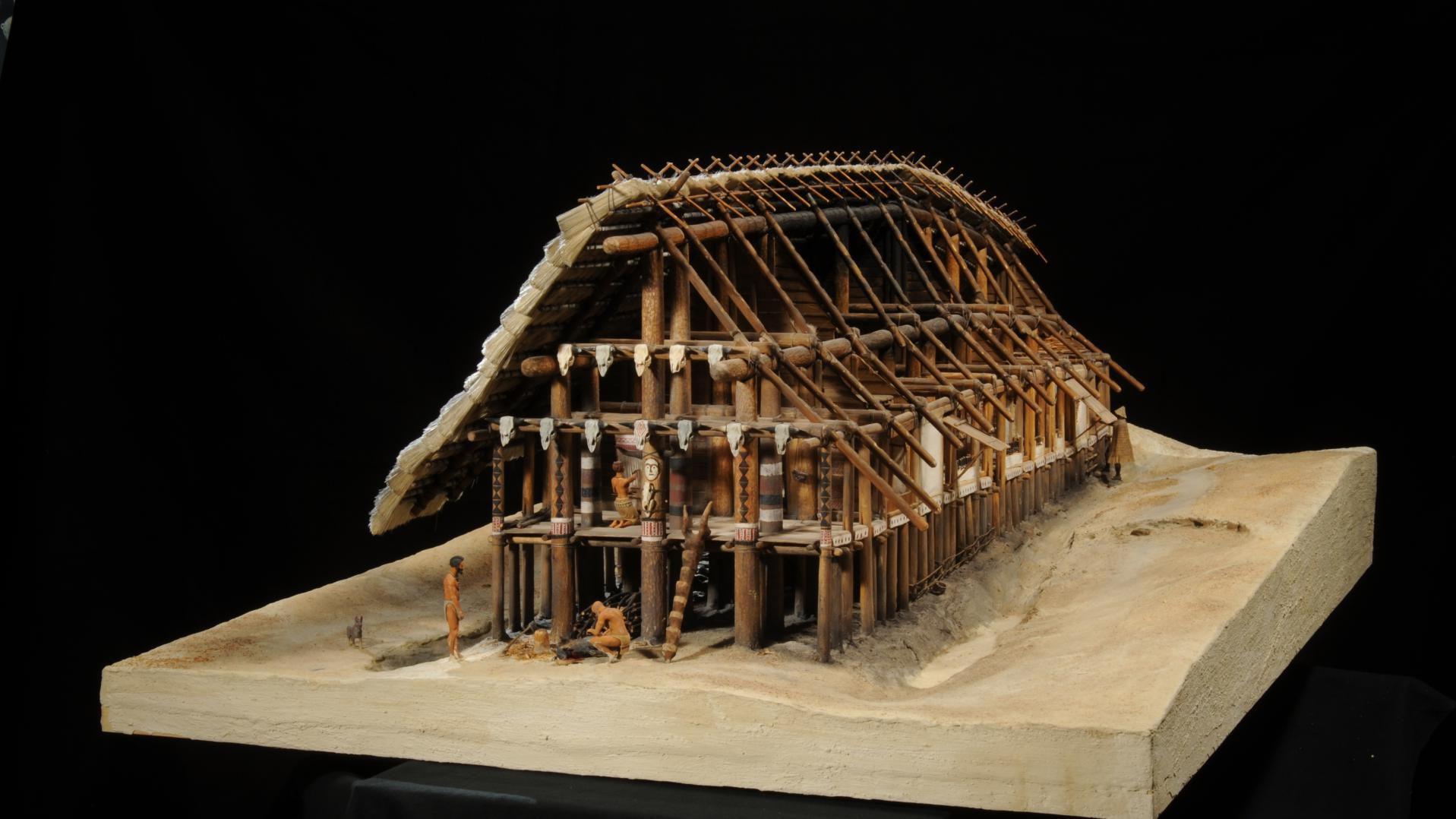Ein linienbandkeramisches Langhaus als Modell in der Dauerausstellung bietet viele Einblicke in das häusliche Alltagsleben. © Landesamt für Denkmalpflege und Archäologie Sachsen-Anhalt, Juraj Lipták.