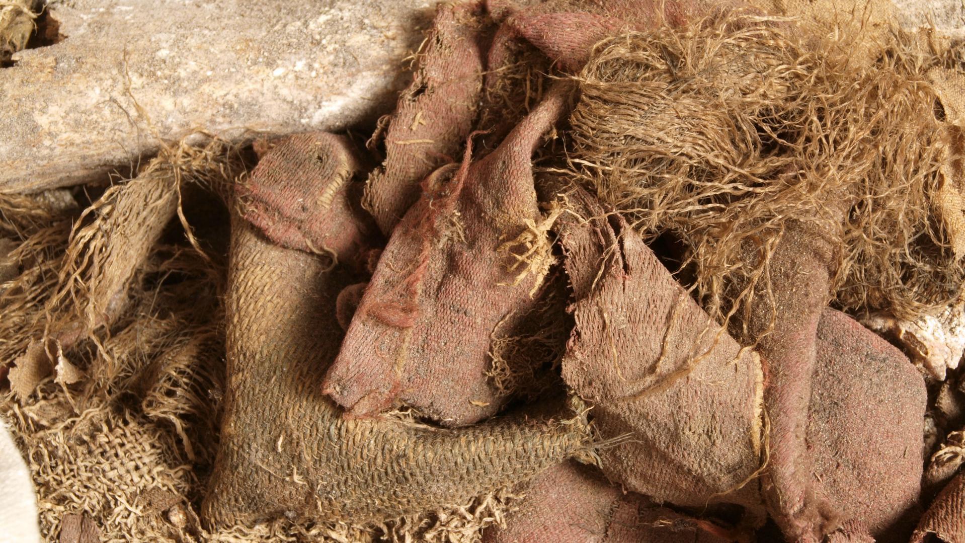 Fragmente der verschiedenen, aus dem Bleisarg geborgenen Texilien, zumeist aus Seide. © Landesamt für Denkmalpflege und Archäologie Sachsen-Anhalt, Heiko Breuer.
