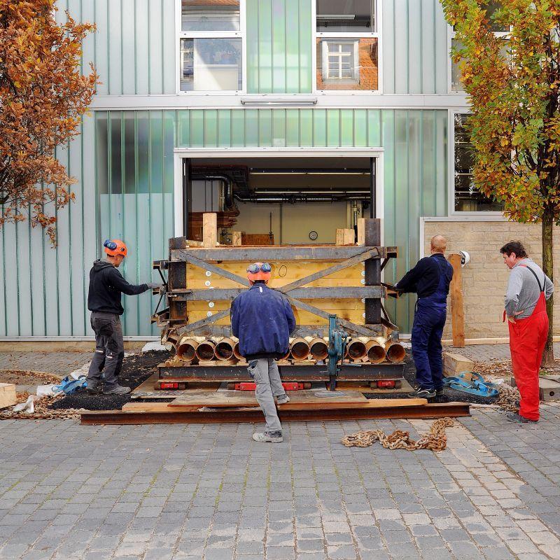 Eine Blockbergung wird durch die große Lkw-Einfahrt in die große Werkhalle der Restaurierungswerkstatt gebracht. © Landesamt für Denkmalpflege und Archäologie Sachsen-Anhalt, Klaus Bentele.