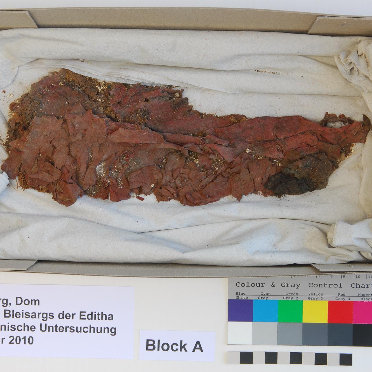 Der ›Textil-Block‹ vor der Restaurierung. © Landesamt für Denkmalpflege und Archäologie Sachsen-Anhalt, Brigitte Dreyspring.