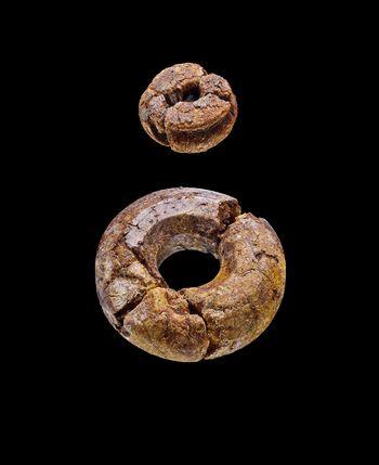 Zwei Bernsteinperlen aus Assur (Irak). © Landesamt für Denkmalpflege und Archäologie Sachsen-Anhalt, Juraj Lipták.