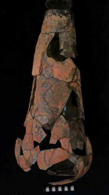 Teilweise sind die zusammengesetzten Glasgefäße weiterhin so zerbrechlich, dass sie noch weiter zur Stabilisierung bearbeitet werden müssen. © Landesamt für Denkmalpflege und Archäologie Sachsen-Anhalt, Vera Keil.