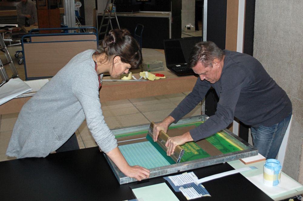 Fluten: Mit einem Rakel wird die Farbe aufgetragen. © Landesamt für Denkmalpflege und Archäologie Sachsen-Anhalt.