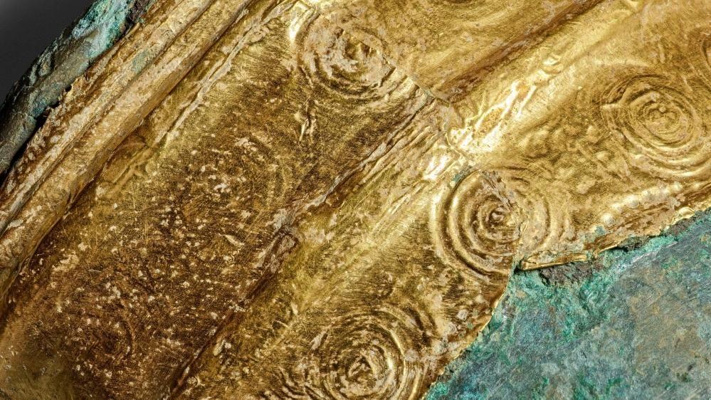 Detailaufnahme des goldenen Armbandes mit den eingedrückten Kreisaugenverzierungen. © Archäologischer Dienst des Kantons Bern, Philippe Joner.