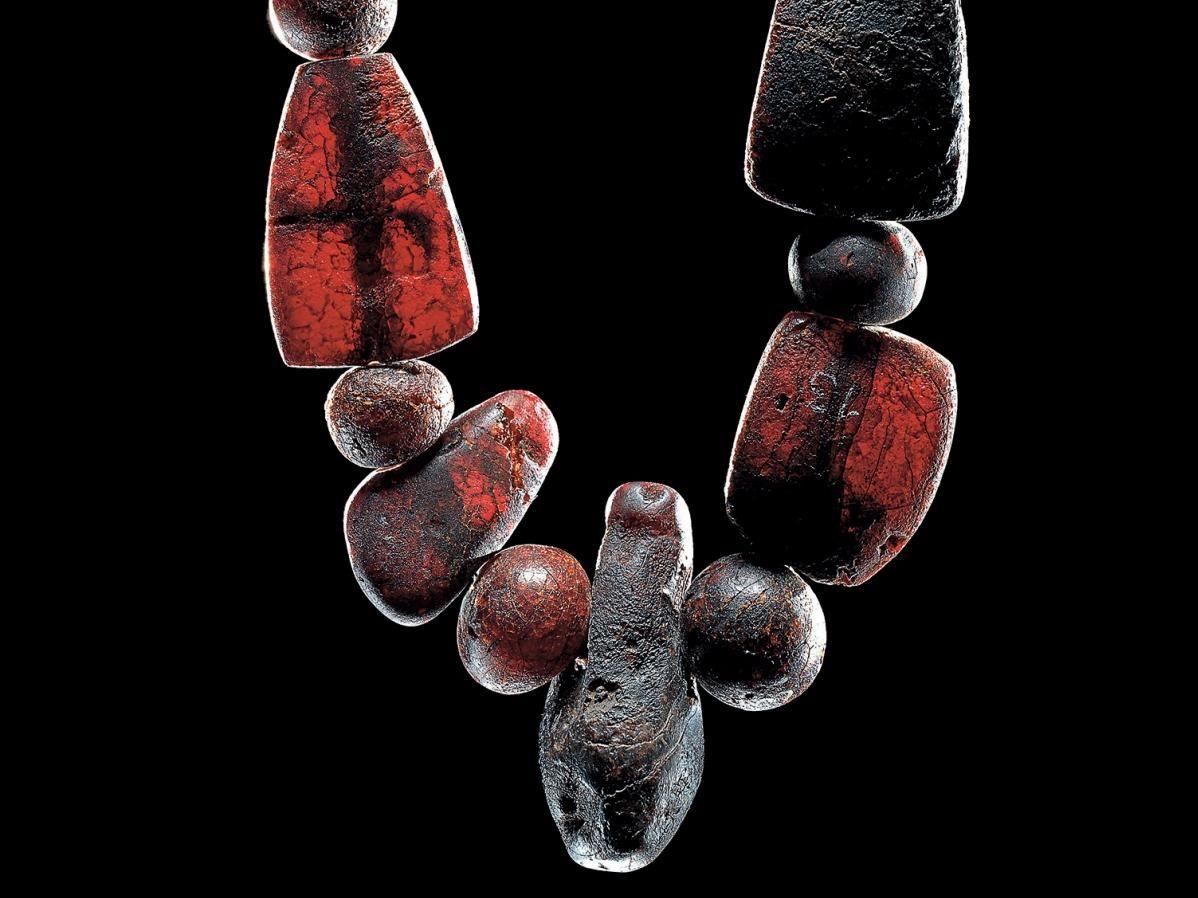 Die Reste einer Kette aus Bernsteinperlen aus dem Hortfund II von Dieskau. © Landesamt für Denkmalpflege und Archäologie Sachsen-Anhalt, Juraj Lipták.