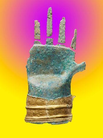 Die Bronzehand von Prêles vor einem psychedlischen Farbverlauf von Gelb zu Violett. © Archäologischer Dienst des Kantons Bern, Philippe Joner.