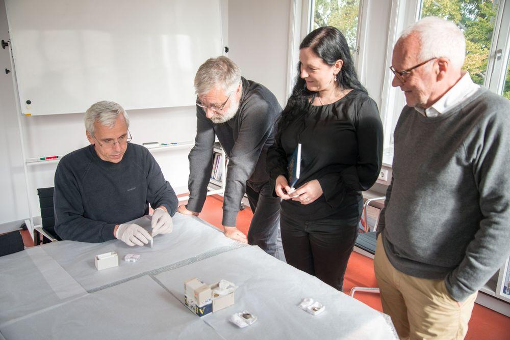 Das Ausstellungsteam stimmt mit den Restauratoren das weitere Vorgehen ab. © Landesamt für Denkmalpflege und Archäologie Sachsen-Anhalt.