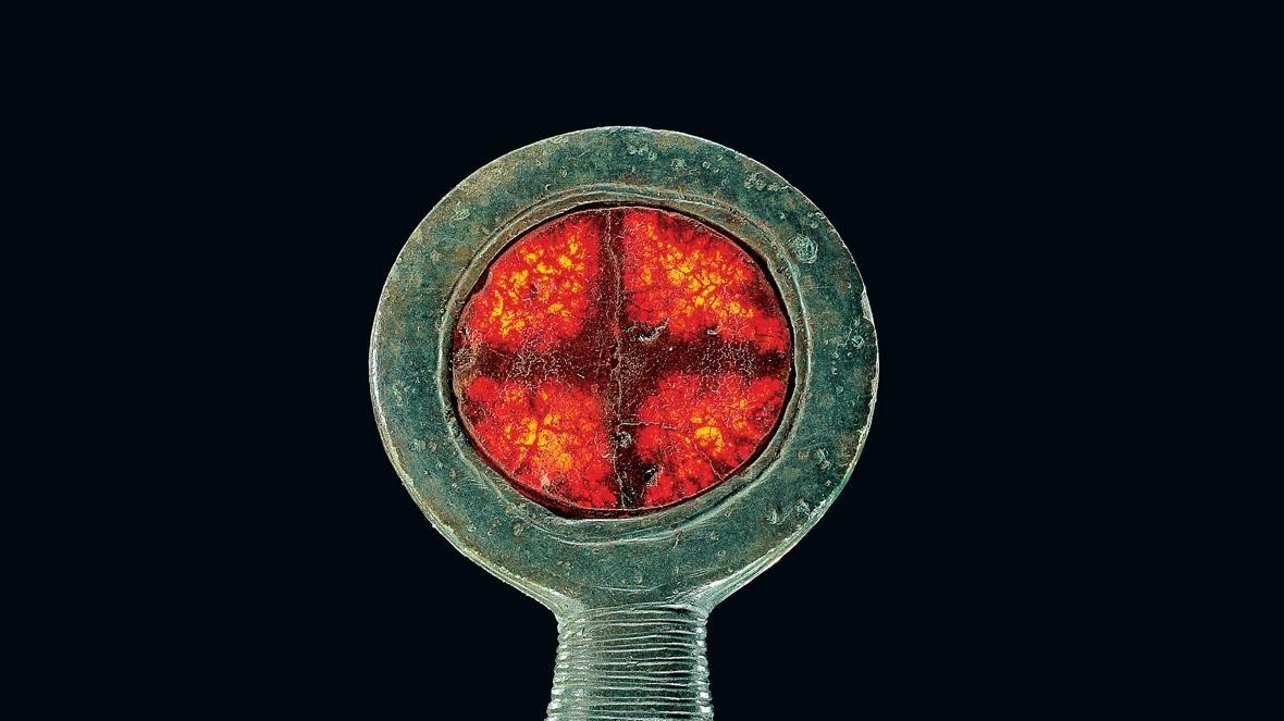 Die Miniaturstandarte mit einer Sonnenscheibe aus Bernstein, Jütland, Dänemark. © Nationalmuseet, Juraj Lipták.