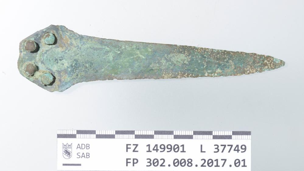 Der mittelbronzezeitliche Dolch wurde zusammen mit der Bronzehand gefunden und ebenfalls dem Archäologischen Dienst des Kantons Bern abgegeben. © Archäologischer Dienst des Kantons Bern, Badri Redha.
